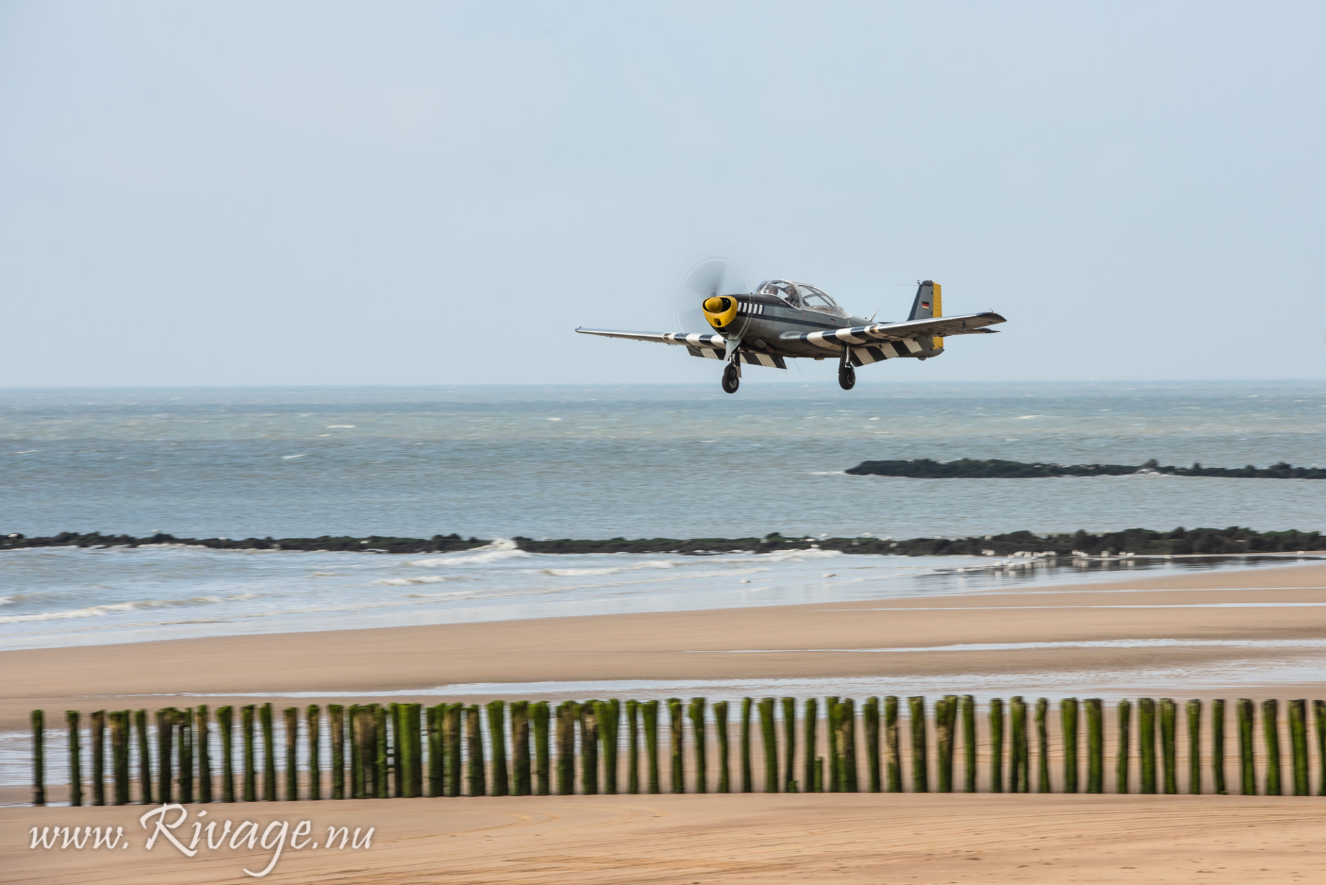 Vintage vliegtuig land op het strand
