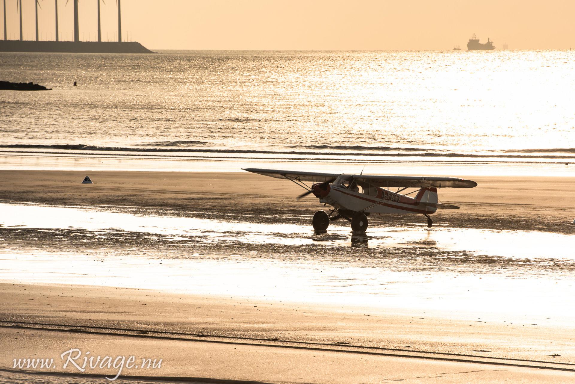 vintage vliegtuig geland op het strand